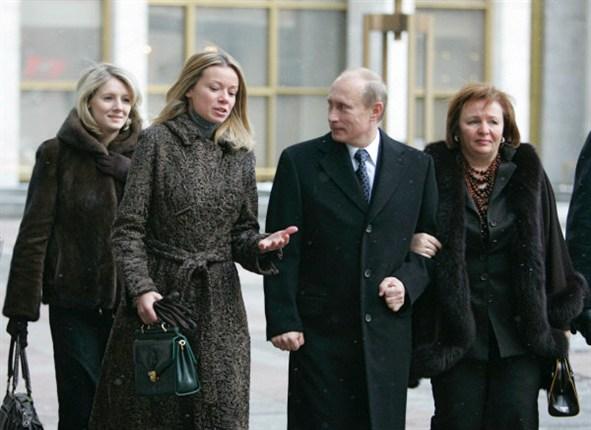 Путин с женой и дочерьми
