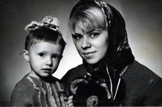 Маленькая Елена Воробей с мамой