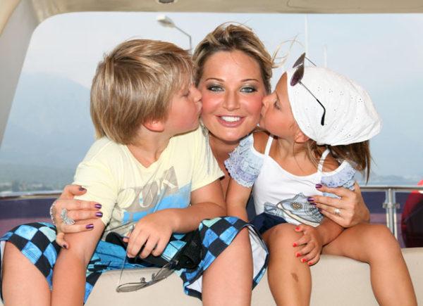 Мария Максакова с детьми