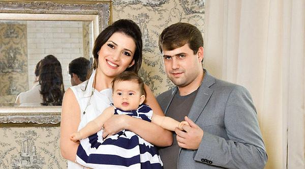 Жасмин с мужем и дочерью