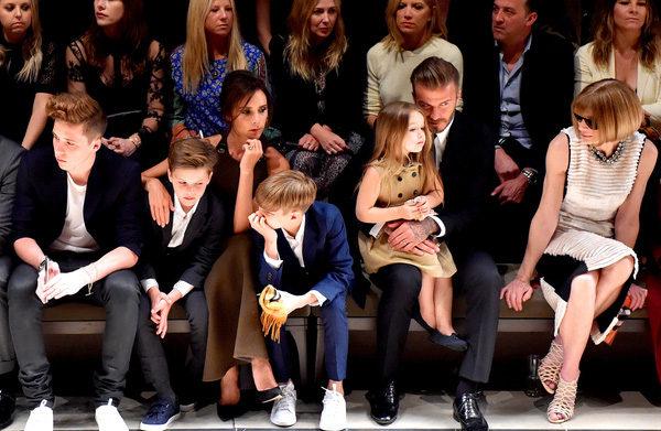 Виктория и Дэвид Бекхэм с детьми на показе мод. Фото