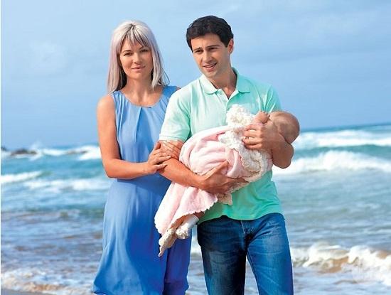 Антон Макарский с женой и дочерью
