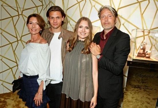 Мадс Миккельсен с женой Ханной и детьми