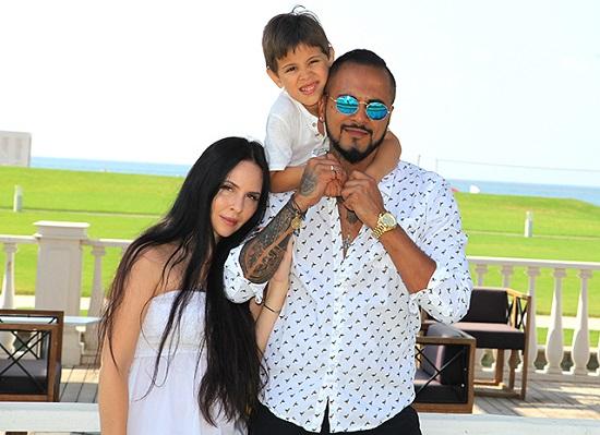 Натан с женой Анастасией и ребенком