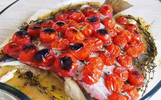 Камбала на сковороде с томатами
