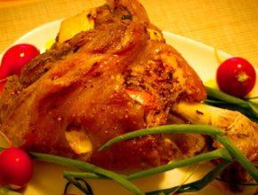 Как приготовить свиную рульку в духовке: 3 простых рецепта