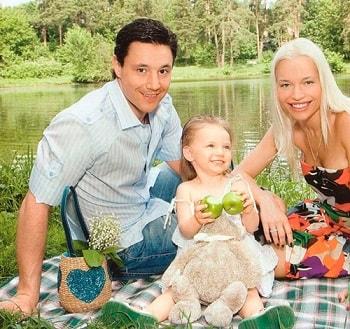 Илья Ковальчук с женой и дочерью