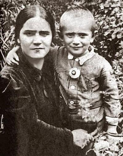 Армен Джигарханян в детстве с матерью