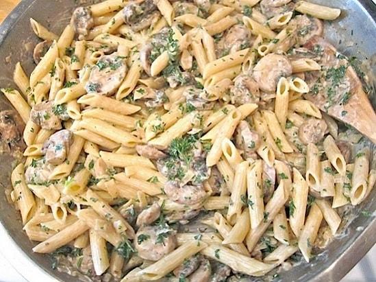 Макароны с курицей на сковороде