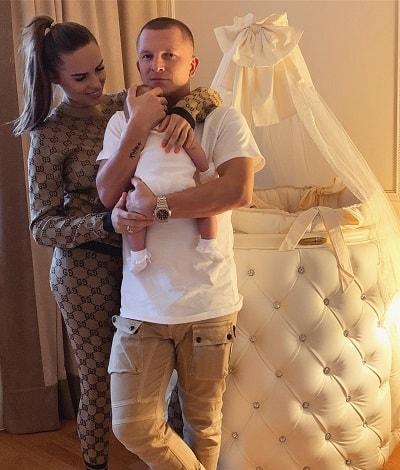 Ханна с мужем и ребенком